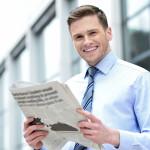 ZEIT Abo kündigen - Mann mit Zeitung in der Hand als Sinnbild