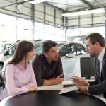Verkaufsgespräch vor Unterzeichnung von einem Autokaufvertrag