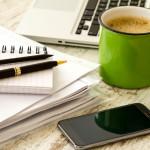 Bewerbung schreiben - Notizbuch, und Stifte, Kaffee und Laptop