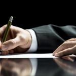 Geschäftsmann in Anzug schreibt einen Brief