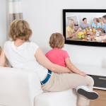 Familie guckt TV im Wohnzimmer - Sinnbild für Kabel Deutschland kündigen