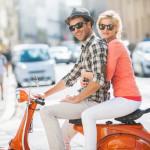 Kaufvertrag für Roller - dargestellt von einem Paar auf einem Roller