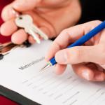 Mieterselbstauskunft - Formular auf Klemmbrett wird ausgefüllt