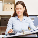 Buchhalterin bei der Rechnungskorrektur