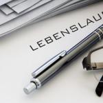 Brille und Stift auf Lebenslauf