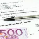 Nebenkostenabrechnung, 500 Euro Schein und Stift